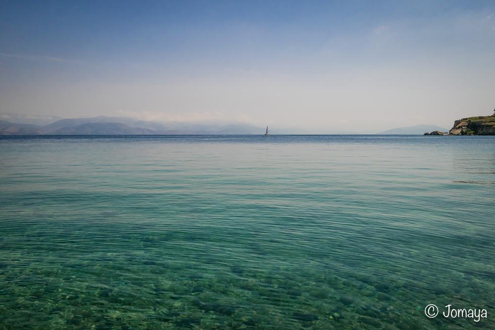Les eaux cristallines de Corfou Ville, au pied de la vieille for