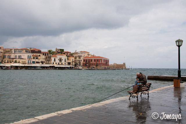 La Canée -pêcheur sur le port vénitien